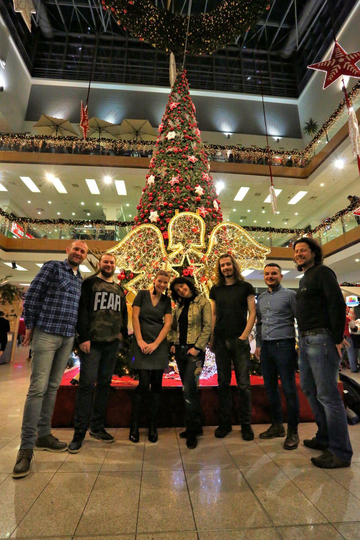 skupina-druzina-predstavuje-vianocnu-koledu-kuzelny-cas-3