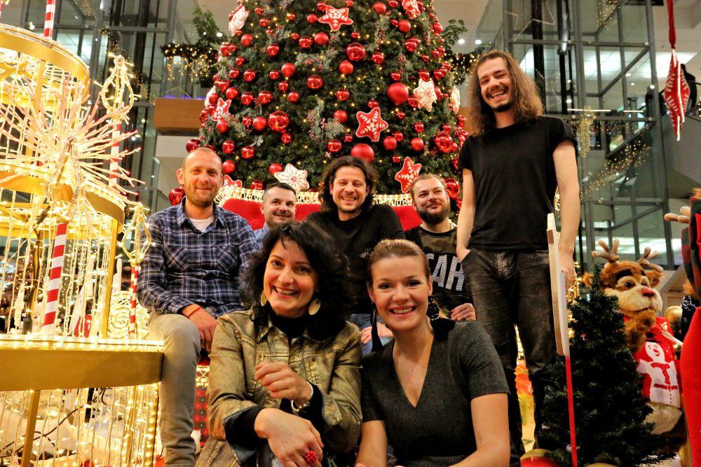 skupina-druzina-predstavuje-vianocnu-koledu-kuzelny-cas